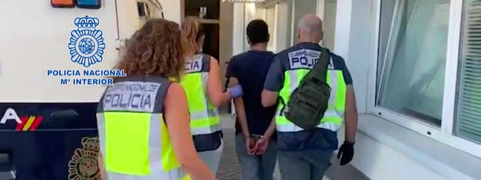 Kiesch wird am 10. August von spanischen Polizisten abgeführt.