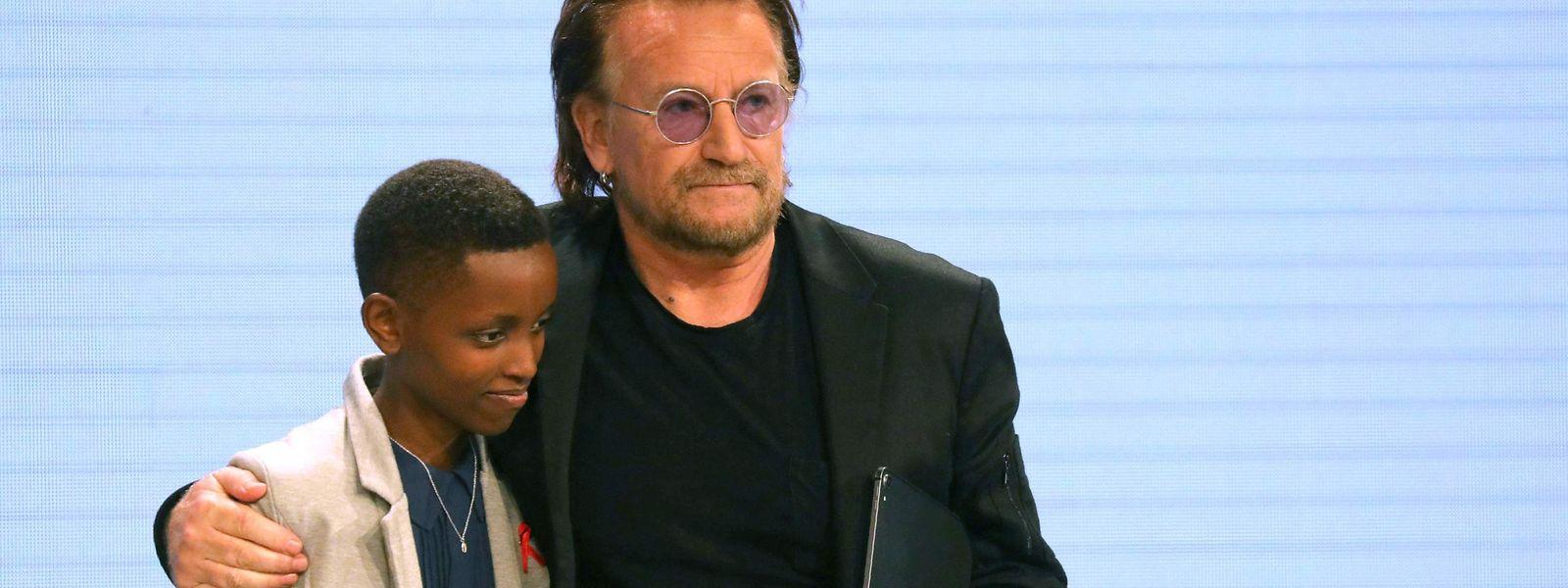 Parmi les personnalités ayant participé à ce forum, le chanteur Bono du groupe irlandais U2.