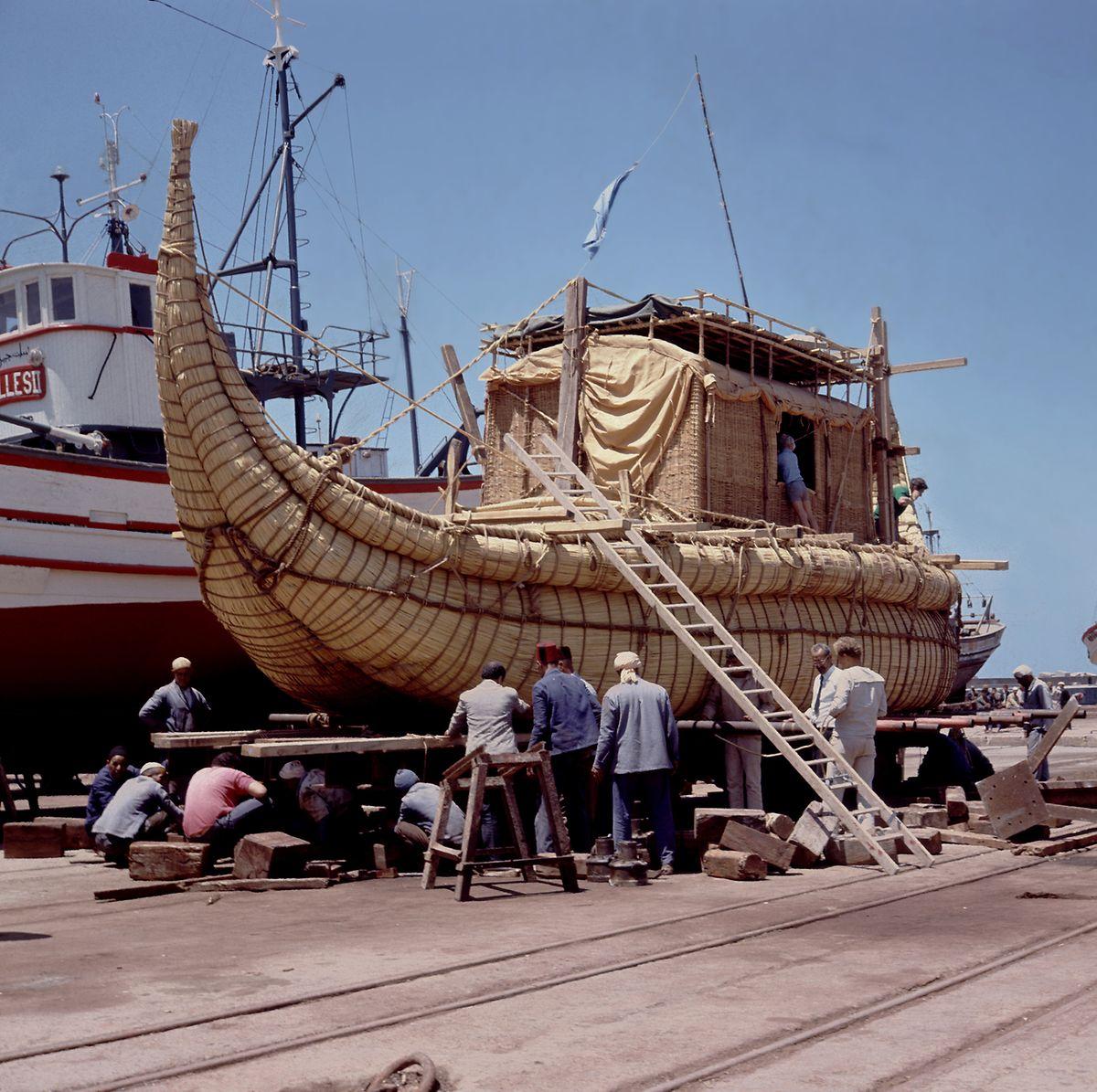 Vorbereitungen zum Stapellauf des Papyrus-Bootes Ra II am 17.05.1970 im Fischerhafen Safi in Marokko.