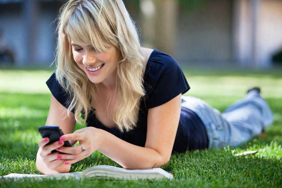 Das Smartphone gehört zu den wichtigen Kommunikationsmitteln - allerdings sollte man mit Informationen aus den sozialen Netzwerken vorsichtig umgehen.