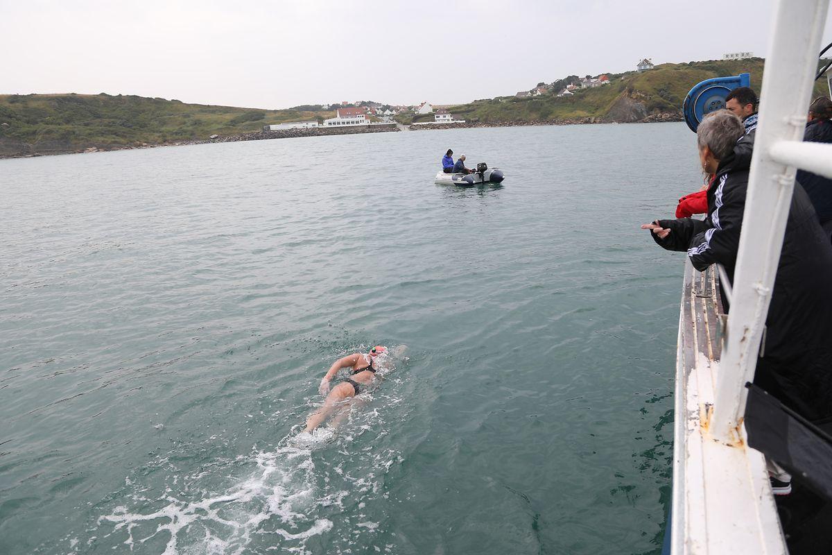 Kurz vor dem Ziel: Nach 14 Stunden im kalten Wasser des Ärmelkanals erreicht die Schwimmerin das französische Festland.