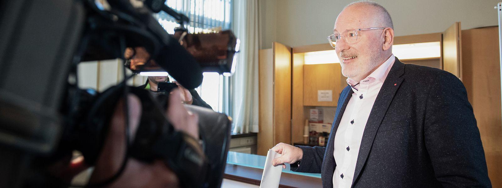 Frans Timmermans, Europa-Spitzenkandidat der Sozialdemokraten für das Amt des Präsidenten der Europäischen Kommission, gibt seine Stimme in einem Wahllokal in Heerlen ab.