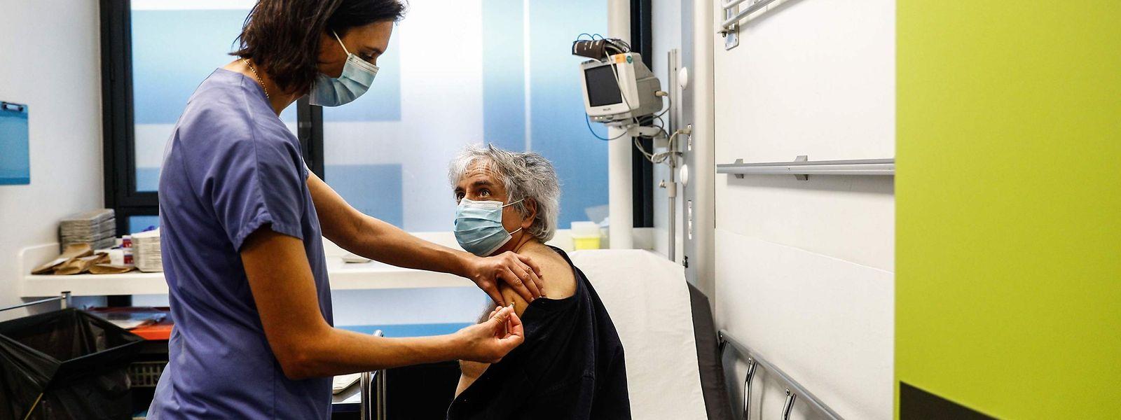 Eine ältere Frau wird am Samstag im Krankenhaus Hôtel-Dieu de Paris gegen das Corona-Virus geimpft. Bislang wurden in Frankreich nur einige hundert Personen geimpft.