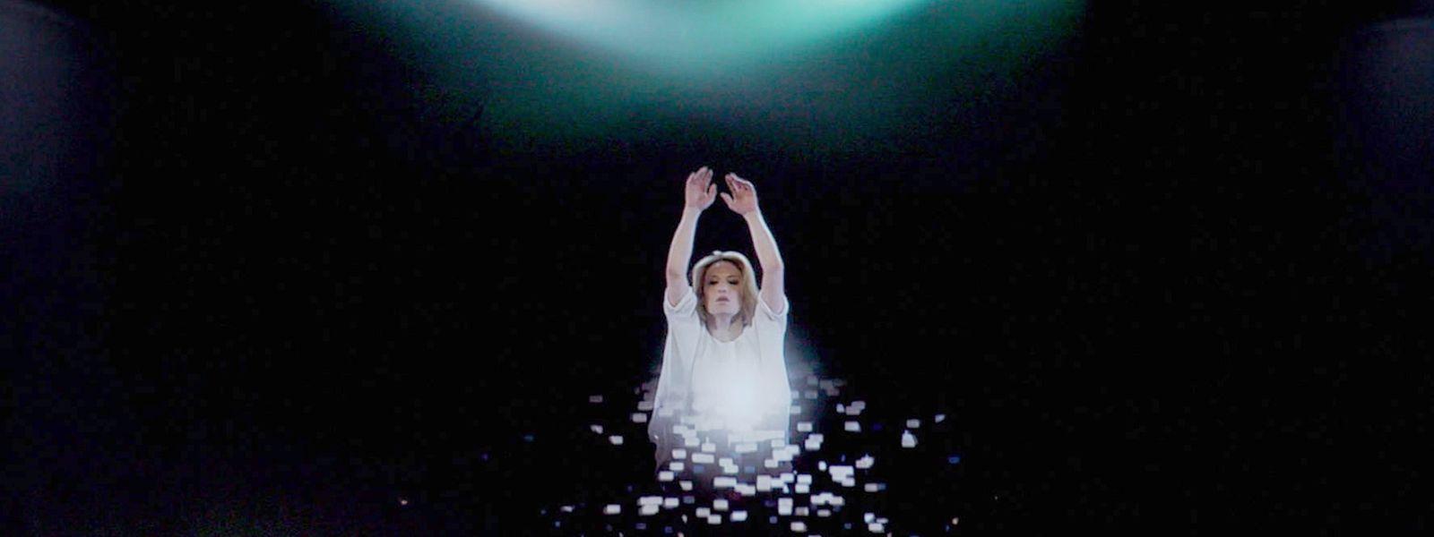 Sylvia Camarda als tanzendes Hologramm.