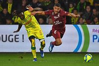 Le Nantais Abdoul Kader Bamba (à g., en jaune) accroche fautivement le Messin Matthieu Udol
