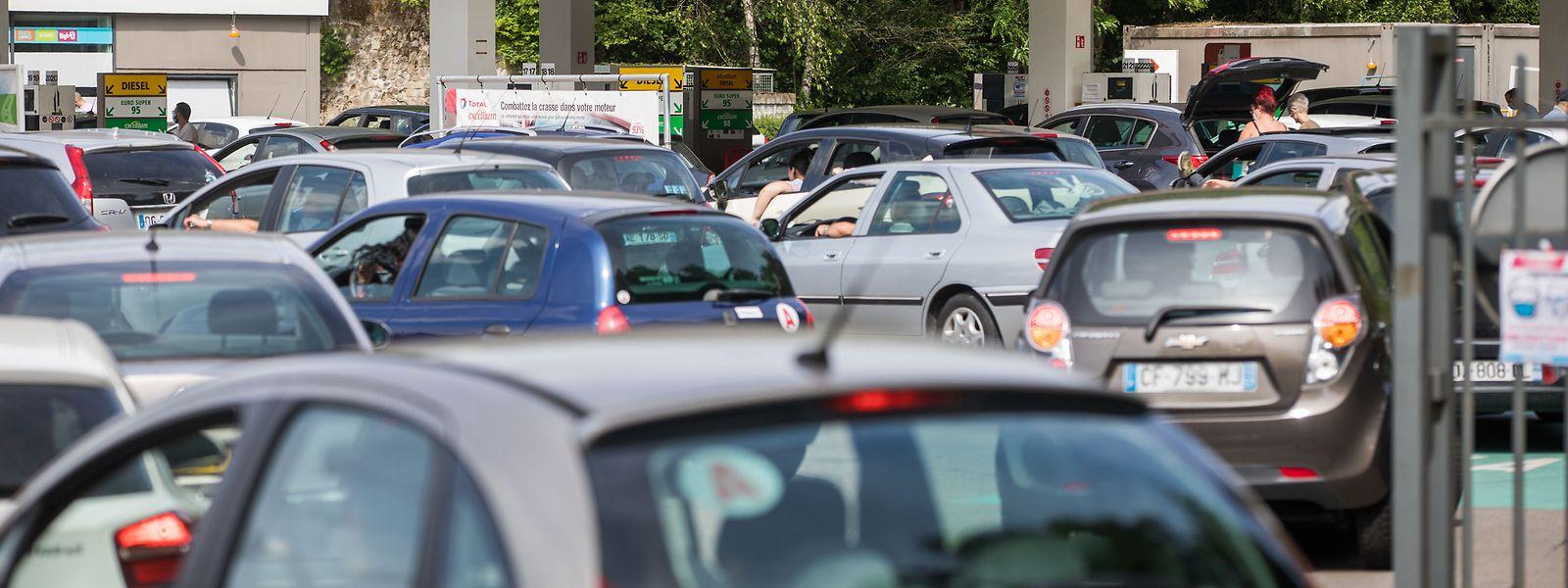 Foto vom 15. Juni aus Düdelingen: Nach dem Ende der Ausgangsbeschränkungen stürmten französische Autofahrer die Tankstellen in Luxemburg.