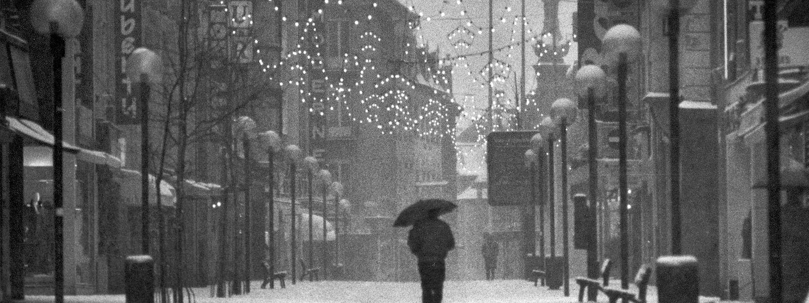 Ein Mann läuft durch den Schnee in der festlich beleuchteten Hauptstadt: Dieses Foto vom 25. Dezember 1986 entspricht dem Postkartenidyll der weißen Weihnachten.