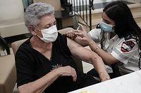 02.08.2021, Israel, Jerusalem: Eine Sanitäterin (r) von Magen David Adom, einer israelischen Hilfsorganisation, injiziert einer Frau eine dritte Dosis des Corona-Impfstoffs von Biontech und Pfizer in der Seniorenresidenz Mishan Gonen. Angesichts steigender Infektionszahlen hat Israel als erstes Land damit begonnen, Menschen über 60 Jahren eine dritte Impfdosis gegen das Coronavirus zu geben. Foto: Nir Alon/ZUMA Press Wire/dpa +++ dpa-Bildfunk +++