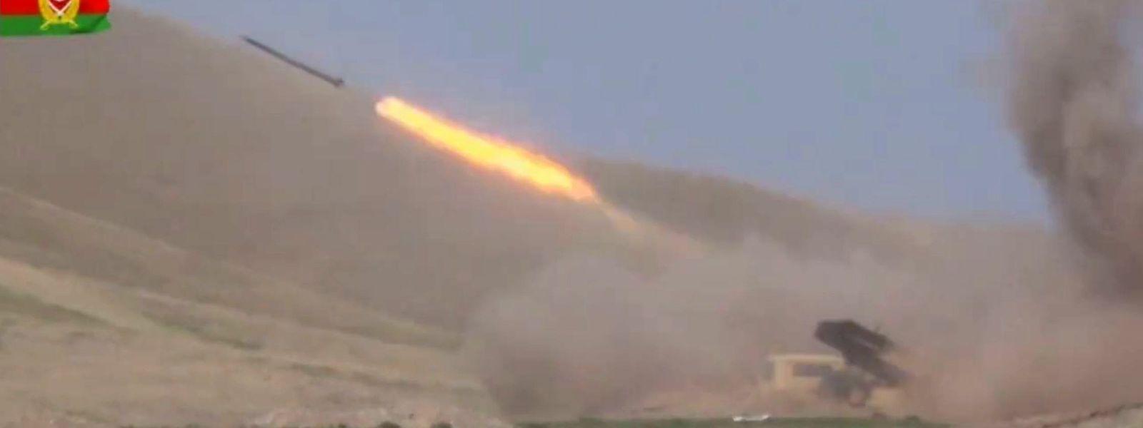 Standbild aus einem Video des Verteidigungsministeriums von Aserbaidschan, das den Start von Artillerieraketen zeigt.