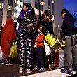 Die Bewohner eines Hochhauses bei der Evakuierung am Freitagabend.