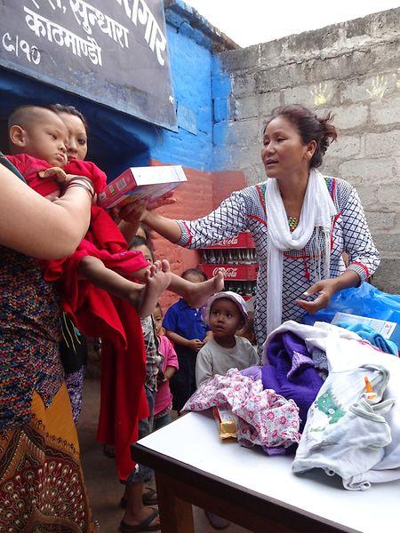 Indira Ranamagar verteilt Kinderkleider und Nahrungsergänzungsmittel an Mütter im Frauengefängnis in Kathmandu.