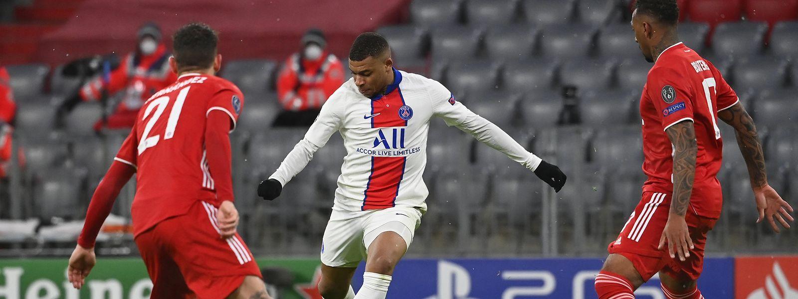 Kylian Mbappé trifft zum 3:2 für Paris, die Münchner Lucas Hernandez (l.) und Jérôme Boateng schauen zu.