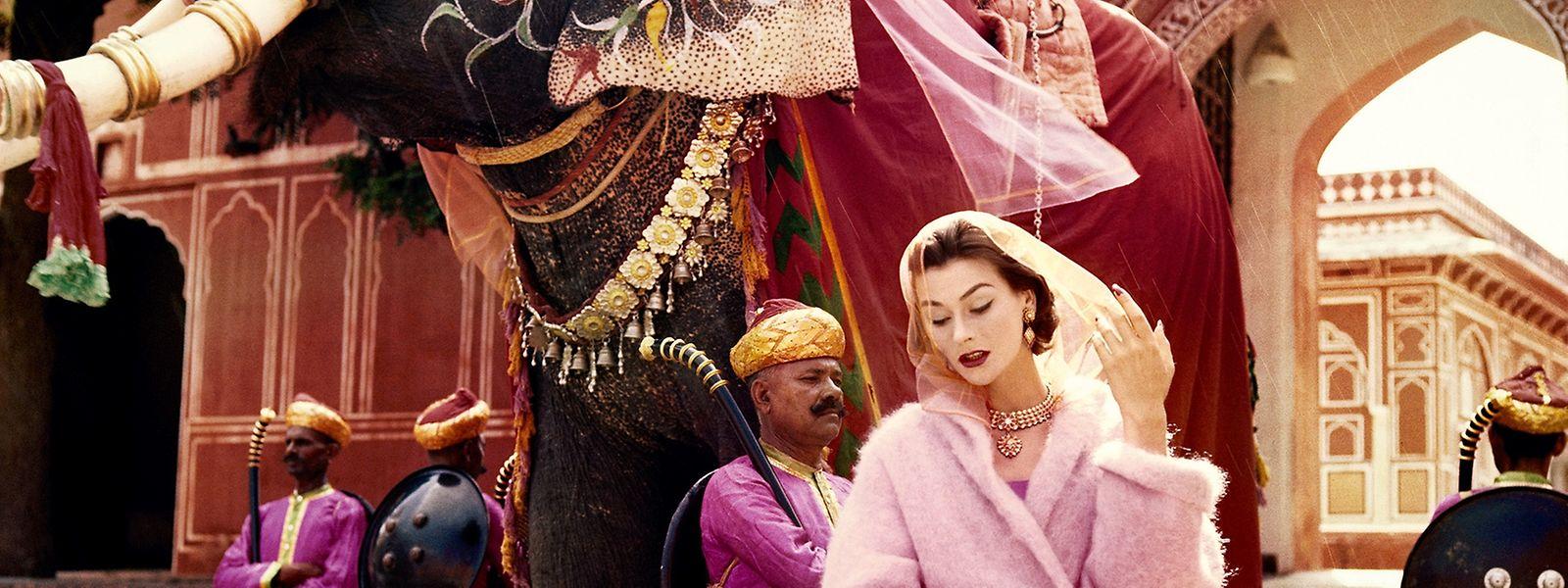 """Seit 100 Jahren bietet die britische """"Vogue"""" der Modefotografie einen Platz. Hier zu sehen: das Model Anne Gunning vor dem Stadtpalast von Jaipur, Aufnahme aus dem Jahr 1956."""