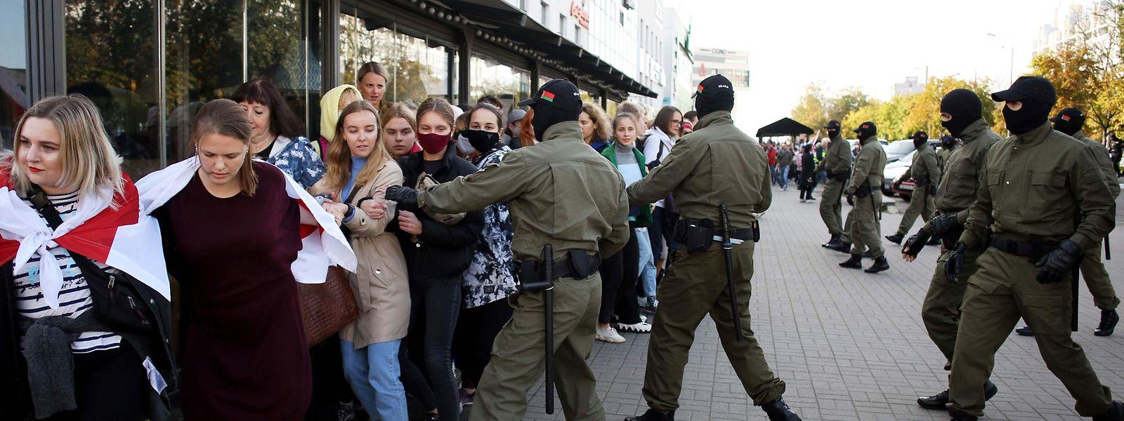 Maskierte Männer nahmen bei dem Frauen-Protest Demonstrantinnen fest.