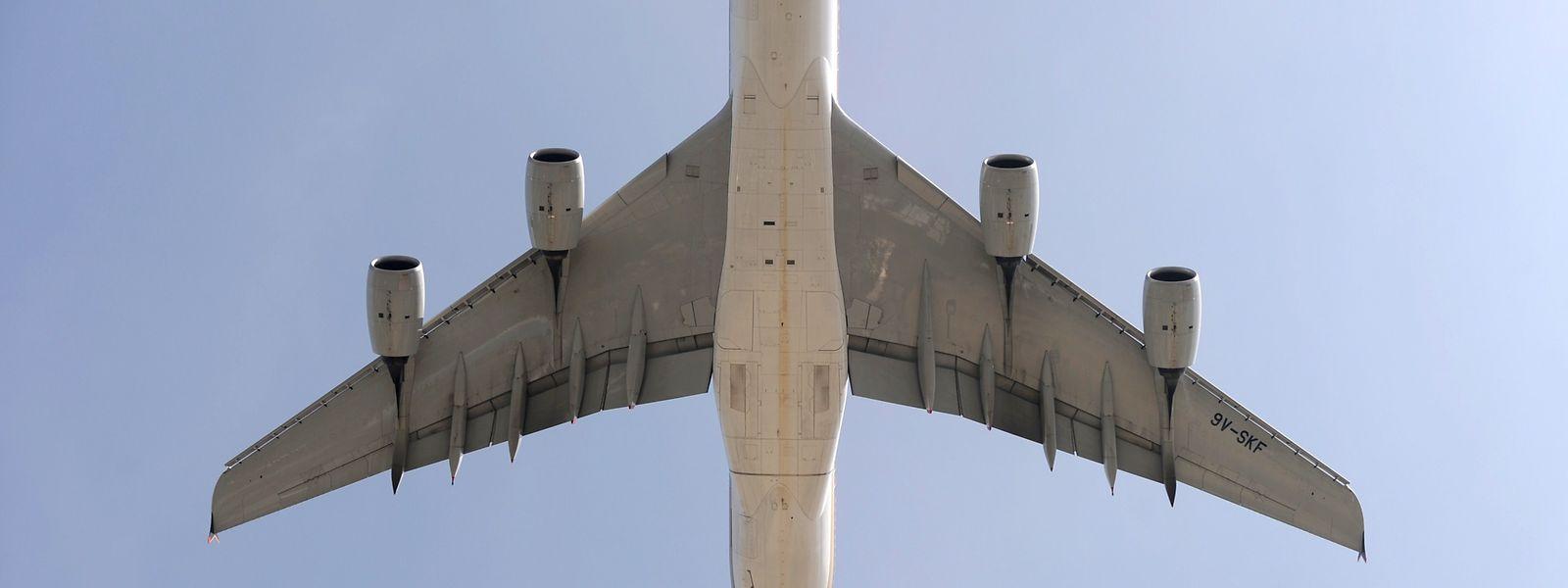 Passagierjet beim Abflug am Flughafen Roissy-Charles-de-Gaulle.