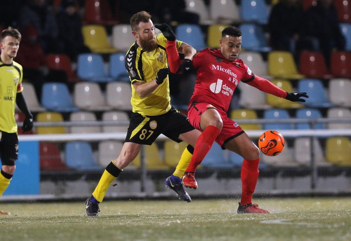 David Fleurival protège son ballon devant Alexandre Karapetian. Le Progrès est facilement passé devant Differdange.