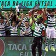 A equipa do Sporting festeja após vencer a final da Taça da Liga de Futsal contra o Fundão, no pavilhão Multiusos de Gondomar