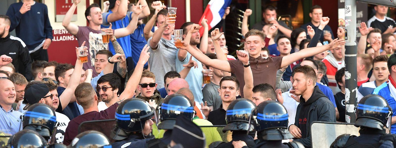 Die französische Polizei hält die gewaltbereiten Fans in Schach.