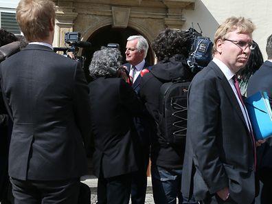 Michel Barnier au cours d'un point presse improvisé mardi midi devant l'Hôtel de Bourgogne.