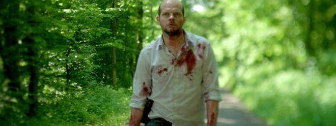 L'inspecteur Yoann Peeters (Yoann Blanc) plonge dans l'univers peuplé de crimes et de démons des gens d'Heiderfeld.