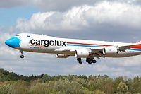 Image insolite. Un des Boeing 747-8 de Cargolux porte désormais un masque de protection qui lui donne un nez tout bleu.