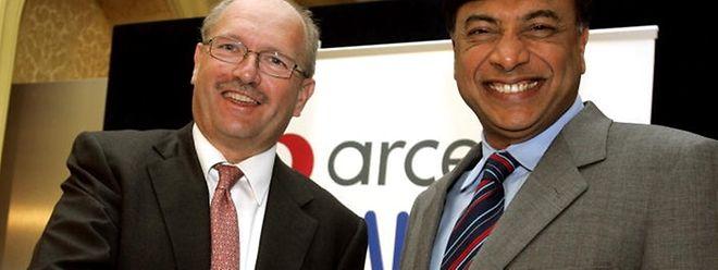 Hier schüttelt Lakshmi Mittal (rechts) bei der Übernahme 2006 die Hand von Arcelor-CEO Roland Junck. Drei Monate später trat Junck zurück.