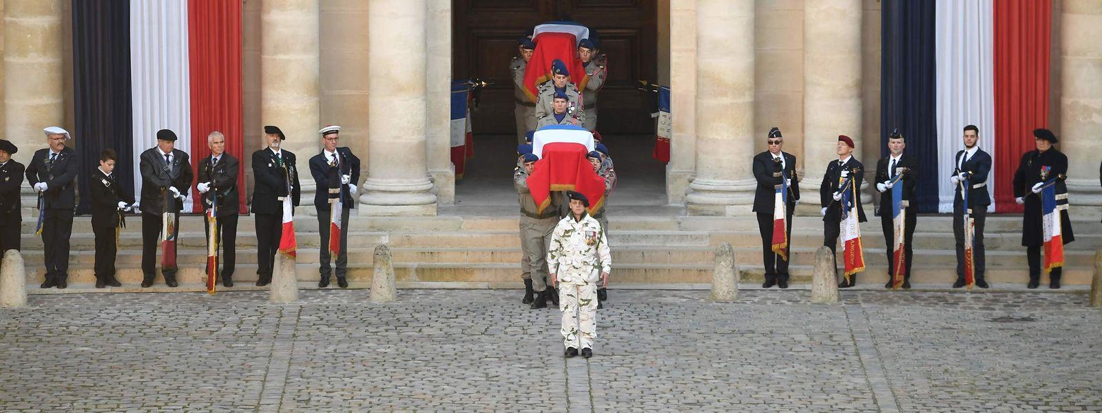 Die Särge der 13 Gefallenen werden in den Ehrenhof des Pariser Invalidenhofs getragen.
