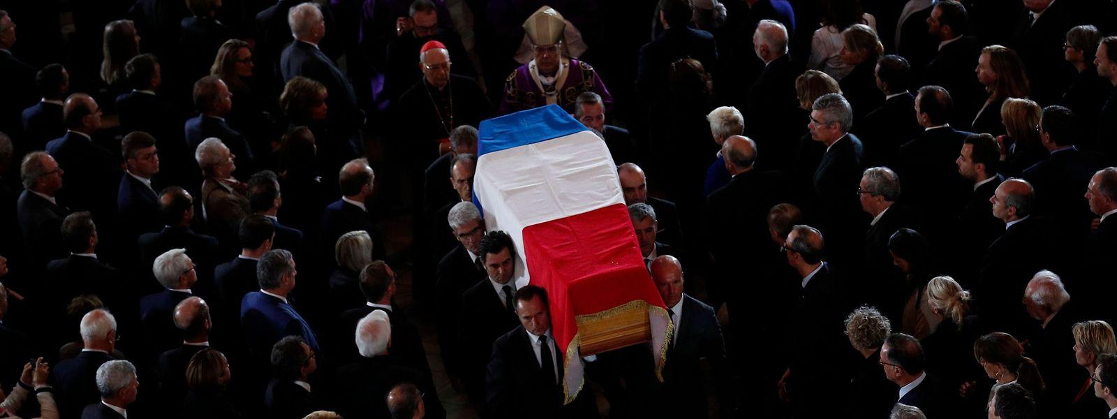Le cercueil de Jacques Chirac traverse ici la foule des dignitaires et officiels invités à ses obsèques.