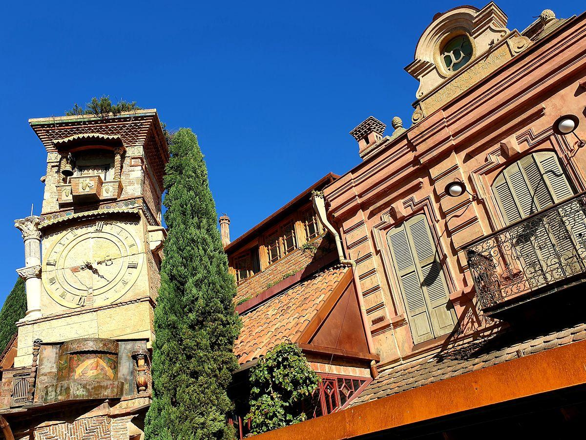 In der Altstadt von Tiflis bezaubern bunte Fassaden mit windschiefen Balkonen.