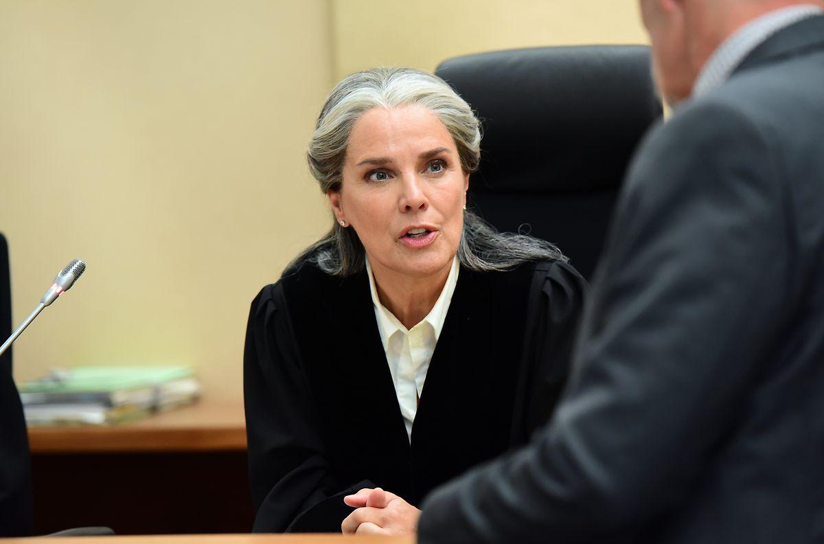 Auch eine Schauspielerin aus Luxemburg ist mit von der Partie: Die Richterin (Désiree Nosbusch) will keinesfalls zulassen, dass der Prozess ein politischer wird.