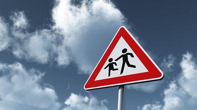 Während der Sommerferien sollten Autofahrer auf spielende Kinder besonders Acht geben.