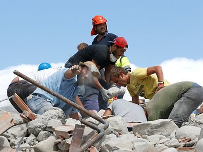 Rescuers work following an earthquake in Amatrice, central Italy August 24, 2016. Picture taken August 24, 2016. REUTERS/Ciro De Luca