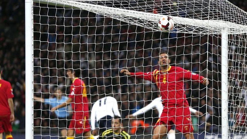 Vukasin Poleksic (am Boden) stand auch bei der Niederlage gegen England im Wembley im Tor der Nationalelf Montenegros.