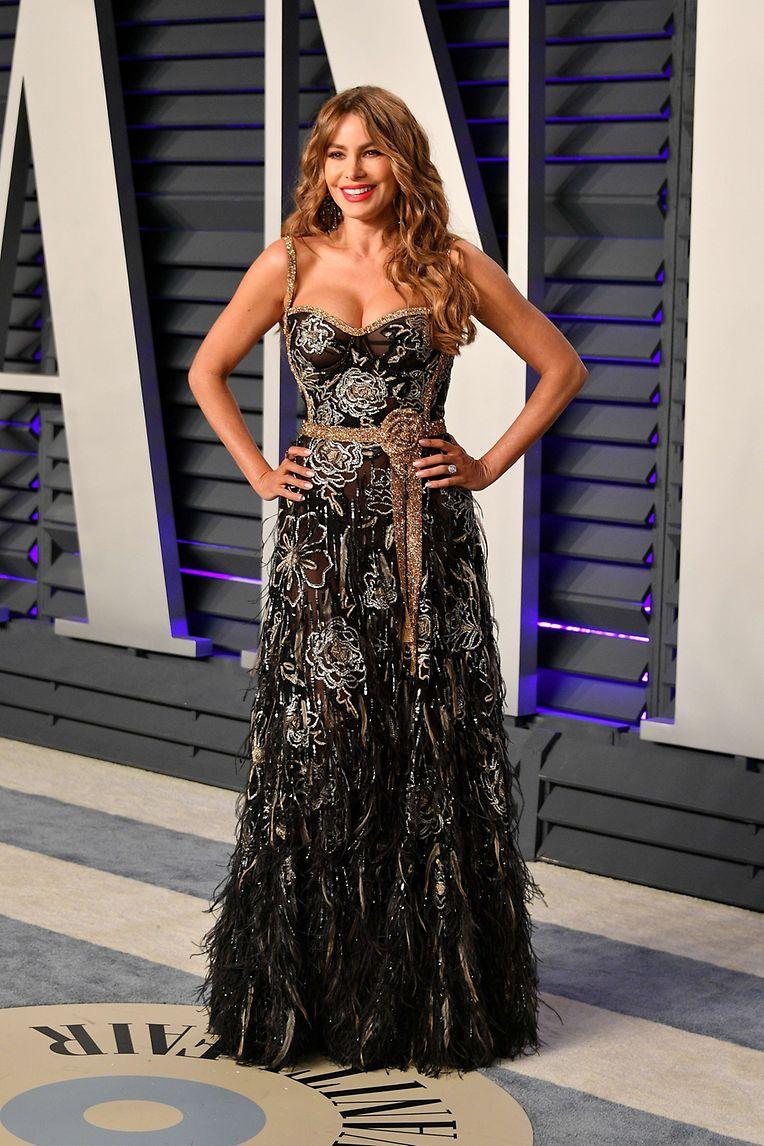"""Sofia Vergara, atriz da série """"Modern Family"""", foi infeliz na escolha do vestido. Flores, plumas, transparências... demasiados detalhes num vestido só."""