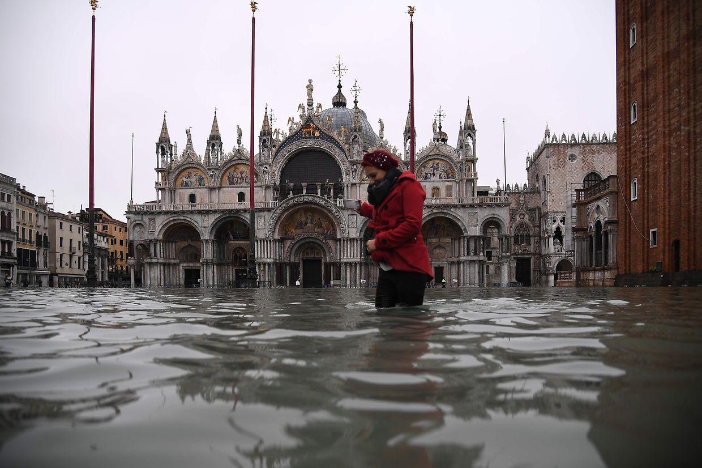 A cidade italiana de Veneza foi afetada pelas maiores cheias dos últimos 50 anos em meados de novembro. As águas inundaram ruas e praças, estabelecimentos comerciais, hotéis e monumentos, como a Basílica de São Marcos, na foto. O autarca da cidade atribuiu o fenómeno às alterações climáticas.