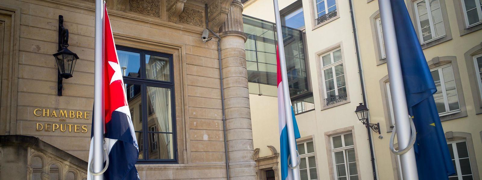 Les drapeaux sont en berne devant la Chambre ce jeudi matin.