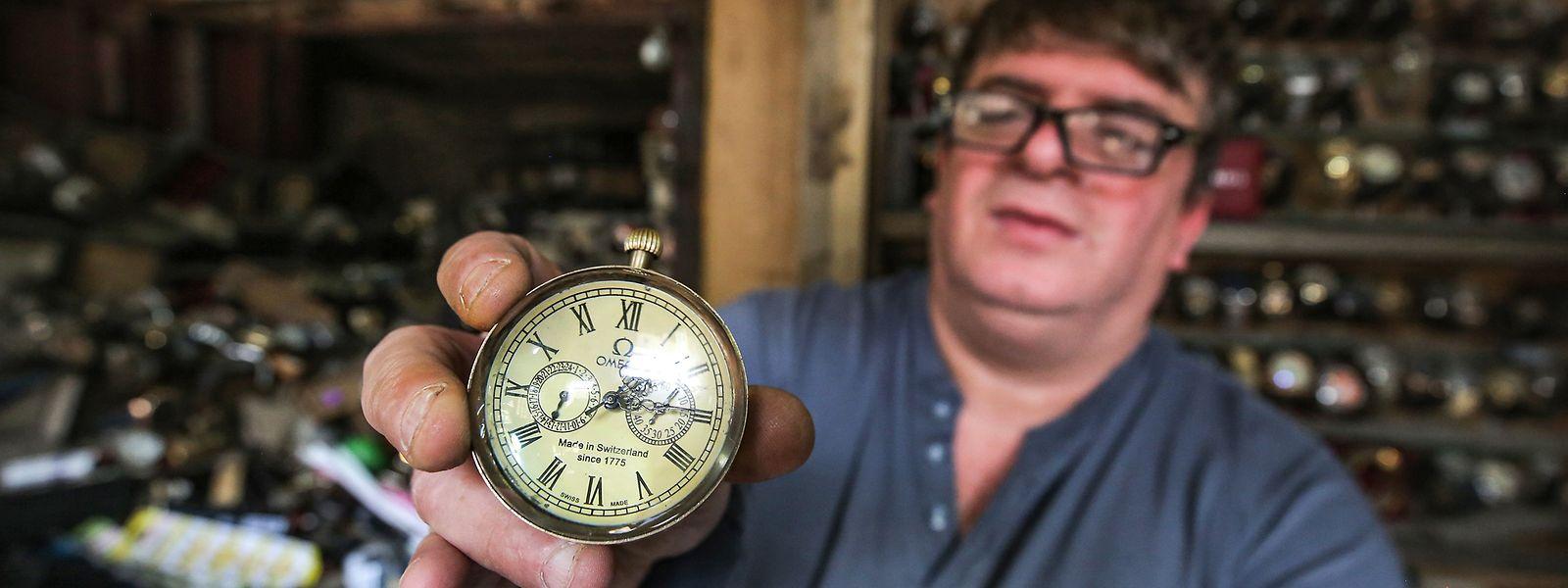 Youssef Abdelkarim, 52 ans, a commencé à réparer des montres à l'âge de onze ans.