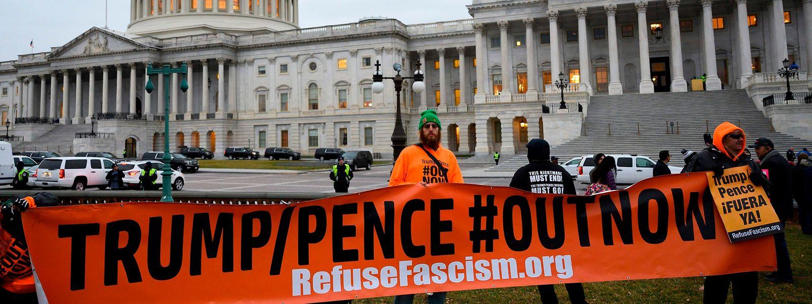 Les manifestants anti-Trump ont fait le pied de grue devant le Sénat américain