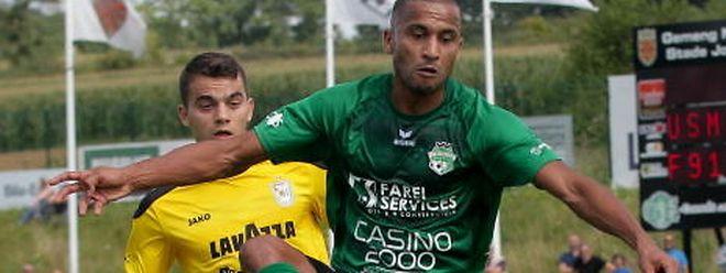 Samir Ketlas, ici sous le maillot de Mondorf devant Danel Sinani, va revenir au pays. Direction le FC Mamer.