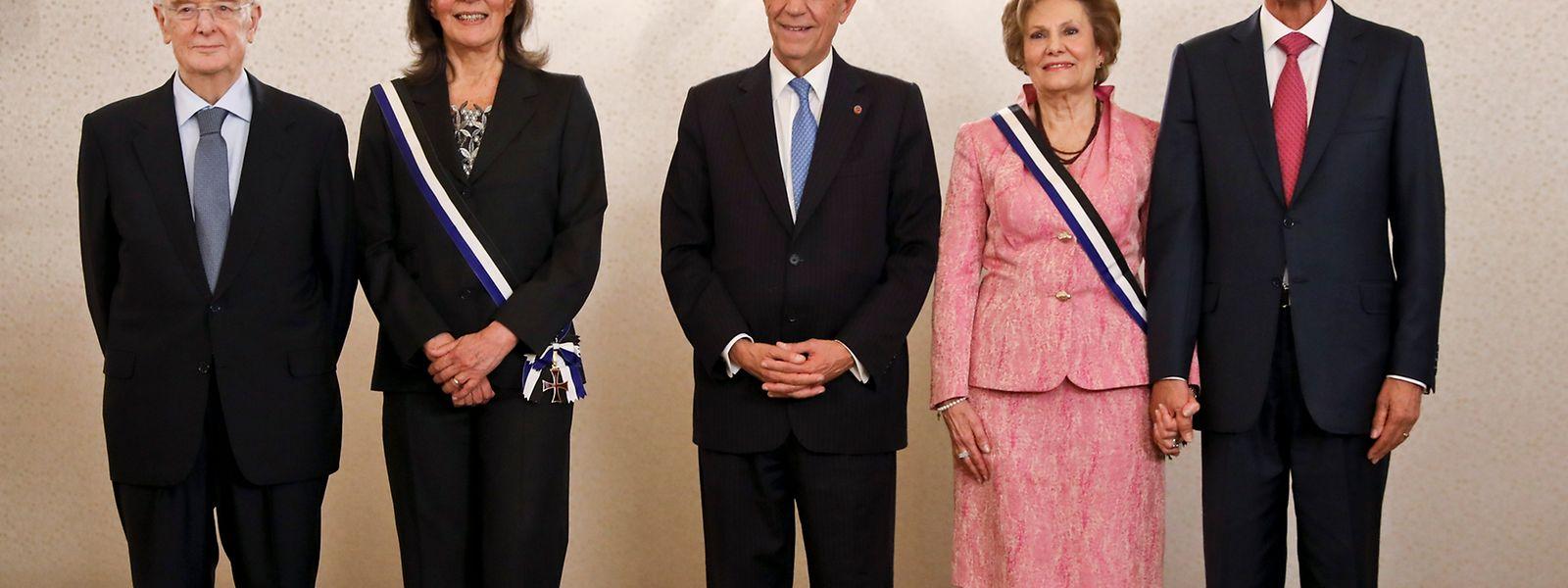 O Presidente da República, Marcelo Rebelo de Sousa (C) ladeado pelo ex-Presidente Cavaco Silva (D) e pelo antigo Presidente Jorge Sampaio (E) após agraciar as antigas primeiras damas Maria José Ritta (2E) e Maria Cavaco Silva (2D), numa cerimónia realizada no Palácio de Belém, em lisboa, 9 de março de 2017. JOÃO RELVAS/LUSA