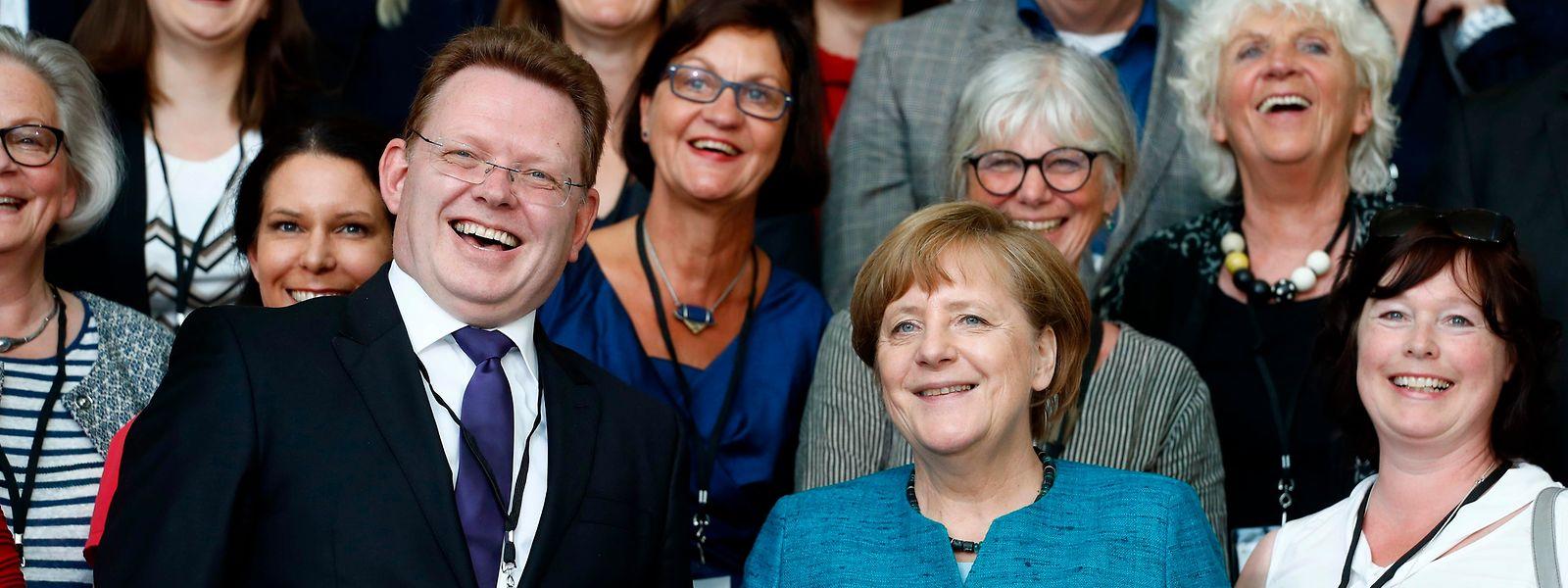 Andreas Hollstein (l.) wurde für die Flüchtlingsarbeit in seiner Gemeinde Altena von Bundeskanzlerin Angela Merkel mit dem Nationalen Integrationspreis ausgezeichnet.