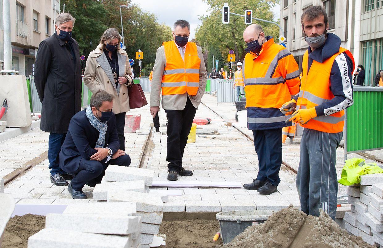Xavier Bettel, Lydie Polfer, Francois Bausch et André Von der Marck (Luxtram) ont visité le chantier menant à la gare.
