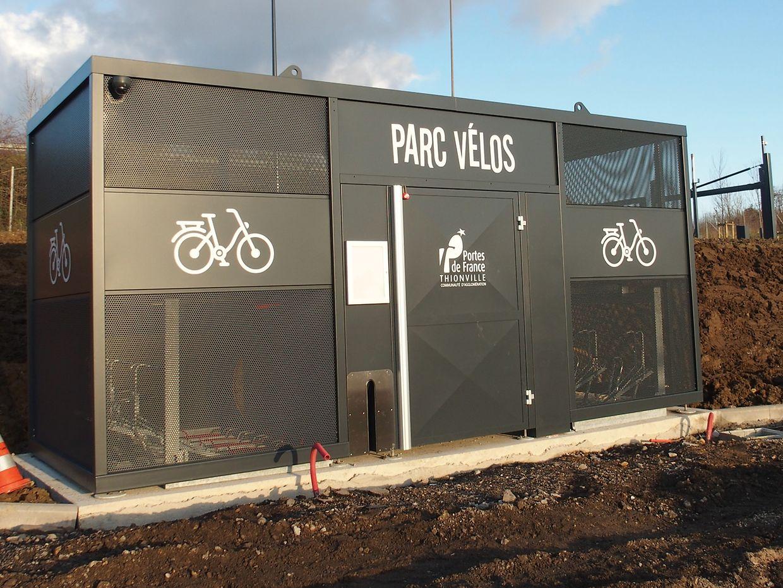 Un abonnement différent (moins coûteux) sera proposé pour les usagers arrivant à vélo.Ceux-ci disposeront d'une box sécurisée pour laisser leur deux-roues.