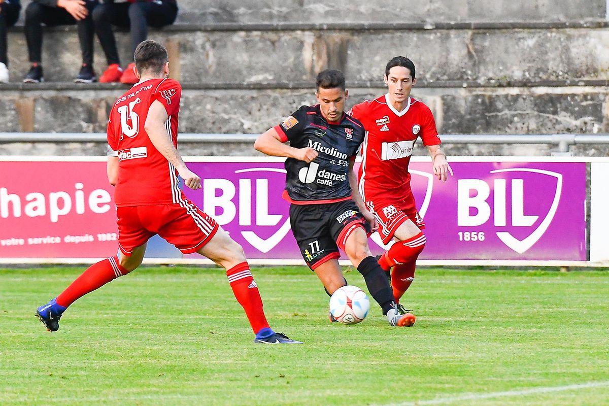 Gonçalo Almeida tente de se faufiler dans l'arrière-garde du FCR91.