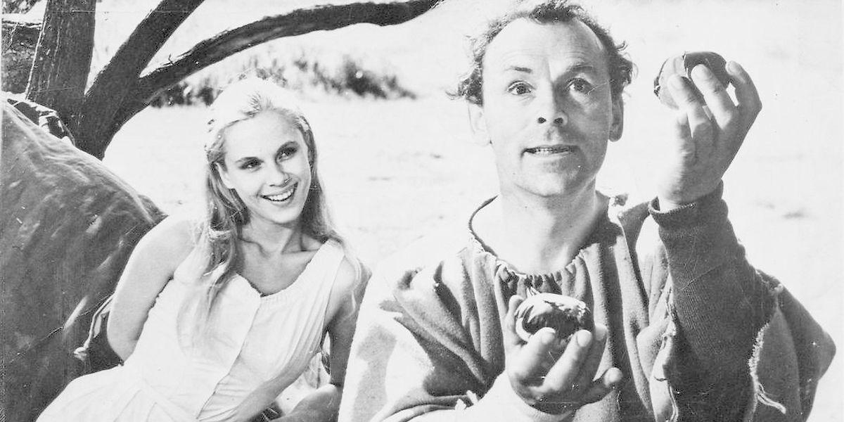 """Bibi Andersson ao lado de Nils Poppe numa cena do filme """"O Sétimo Selo""""."""
