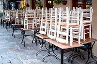 14.03.2020, Griechenland, Athen: Die Stühle sind in einem Restaurant, das ab heute für 15 Tage geschlossen ist, in der Altstadt Plaka hochgestellt. Foto: Hauke-Christian Dittrich/dpa +++ dpa-Bildfunk +++