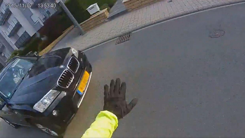 Screenshot aus einem Helmkameravideo: Der Geländewagenfahrer fährt sehr eng und ohne zu bremsen am ersten Radfahrer vorbei.