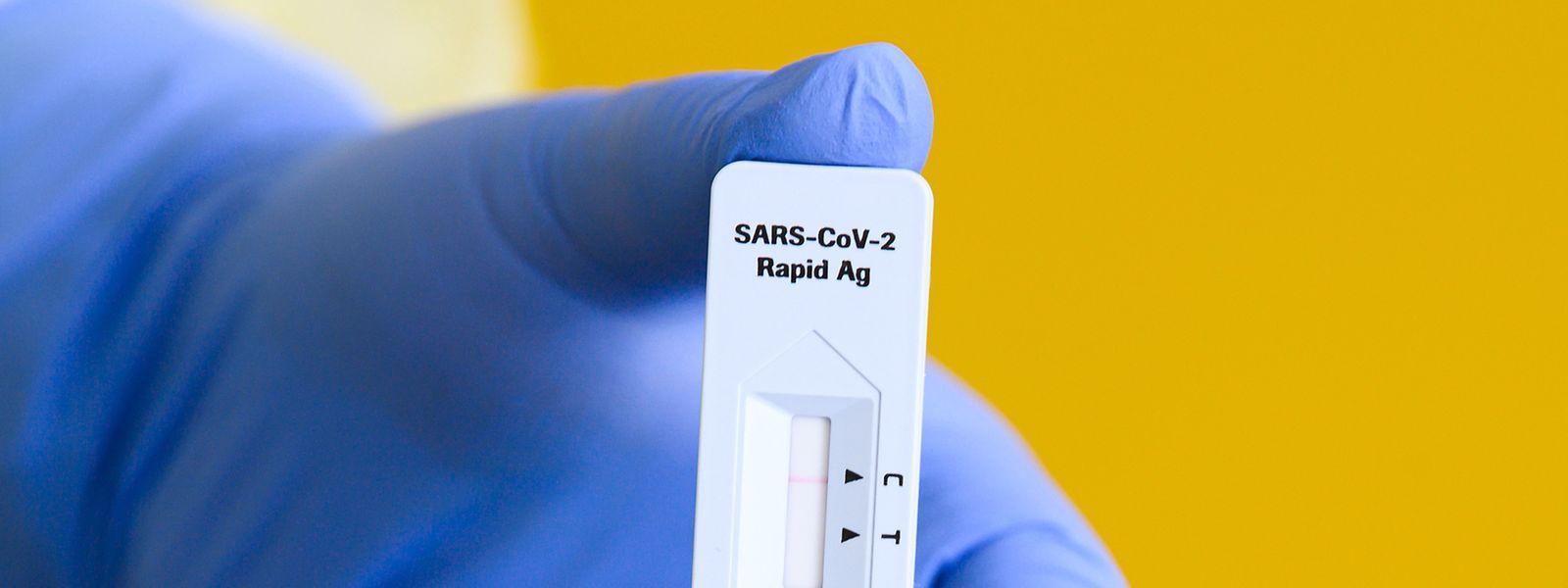 Simples d'utilisation, les tests rapides ont comme désavantage d'être peu sensibles aux infections covid à faible charge virale.