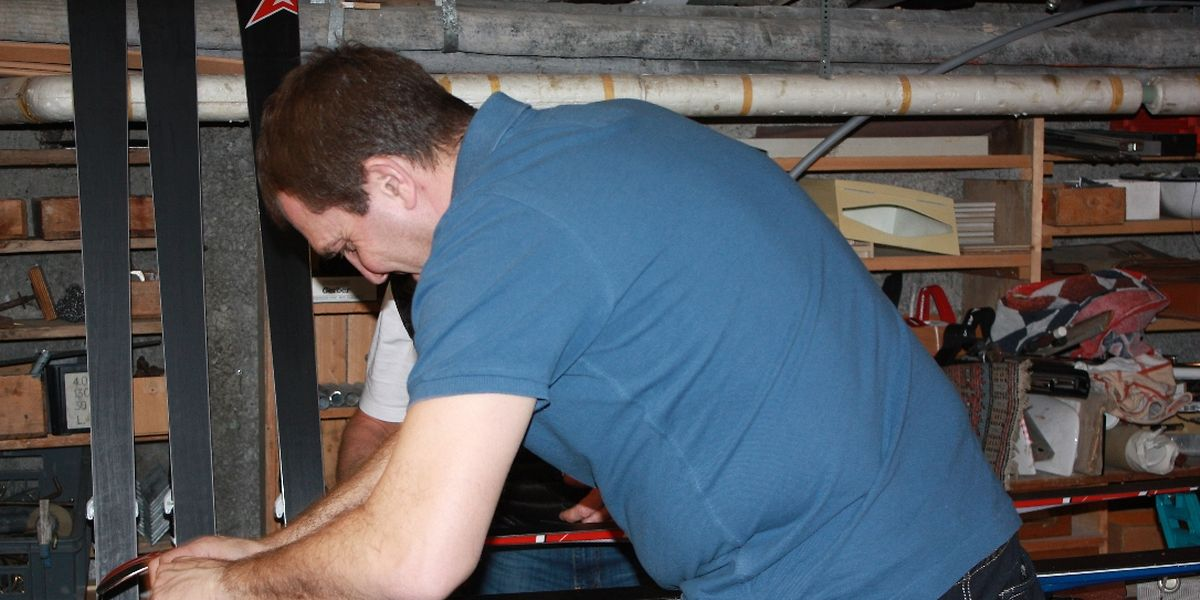 Jeden Abend wird im Skikeller sorgfältige Arbeit geleistet, damit das Material den Ansprüchen entspricht.