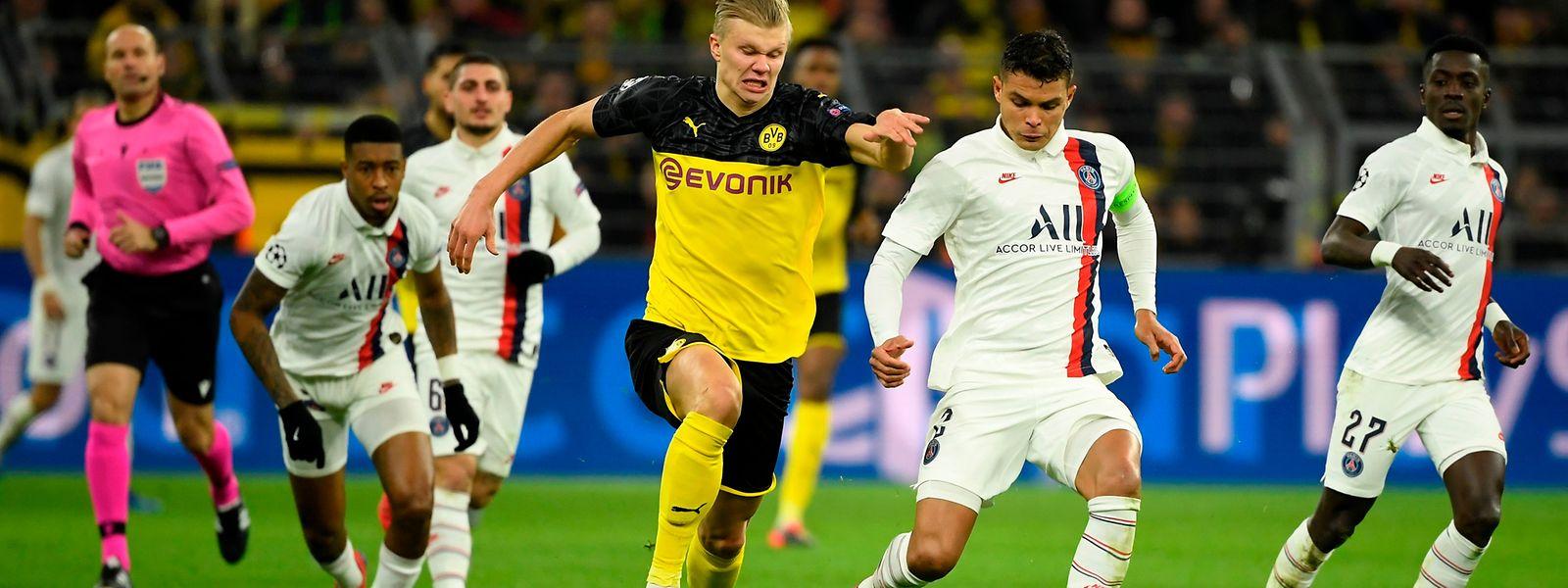 Dortmunds Erling Haaland, hier gegen den Pariser Thiago Silva (r.), erzielt die beiden Dortmunder Treffer.